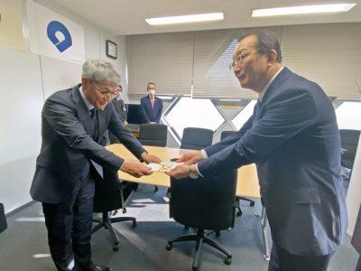 紀陽銀行が県教委にタブレット端末250台贈呈(写真付)