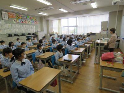 語りで子どもたちにお話を 智辯和歌山小で開催(写真付)