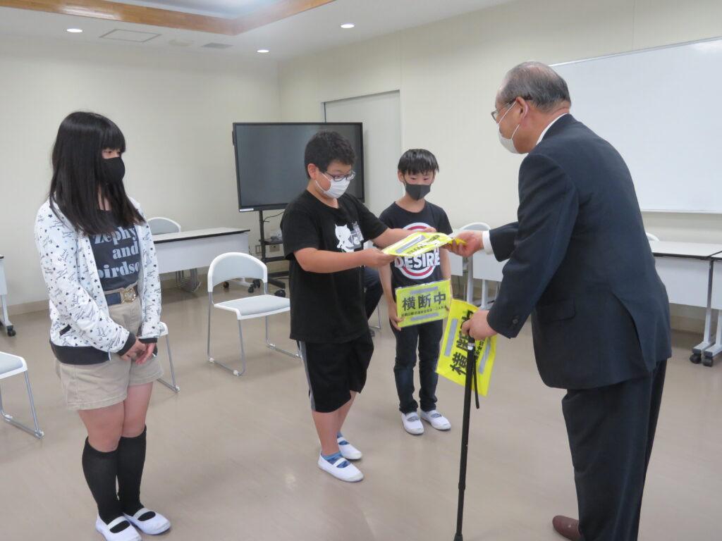 小学生に「携帯用横断旗」 県交通安全協会、モデル校に寄贈